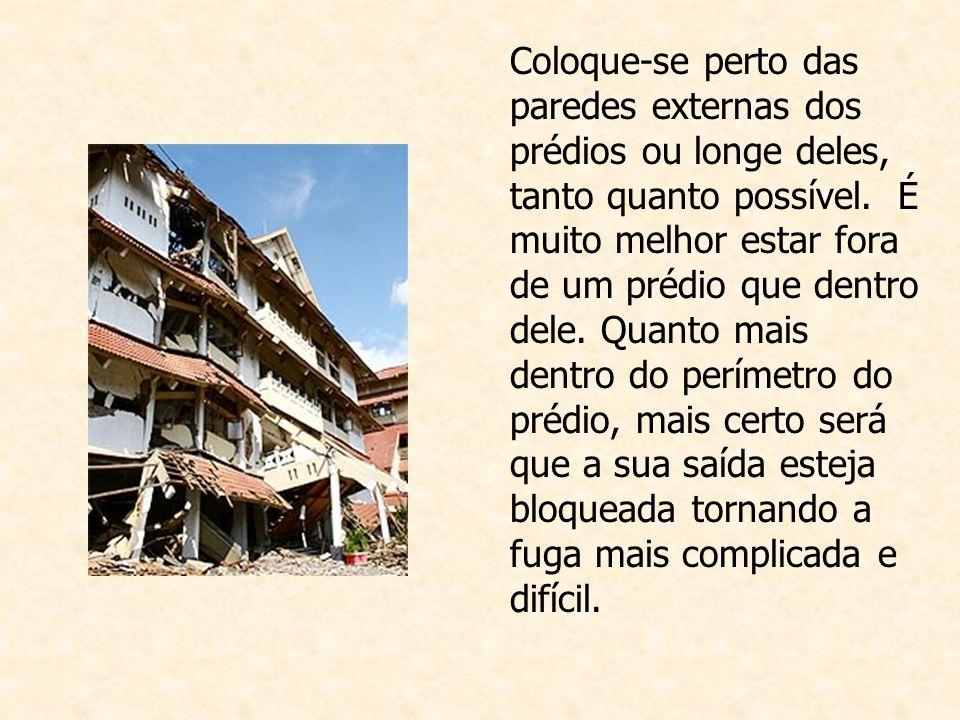 Coloque-se perto das paredes externas dos prédios ou longe deles, tanto quanto possível.