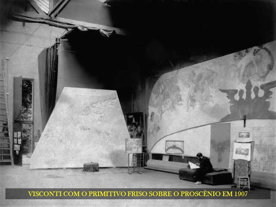 VISCONTI COM O PRIMITIVO FRISO SOBRE O PROSCÊNIO EM 1907