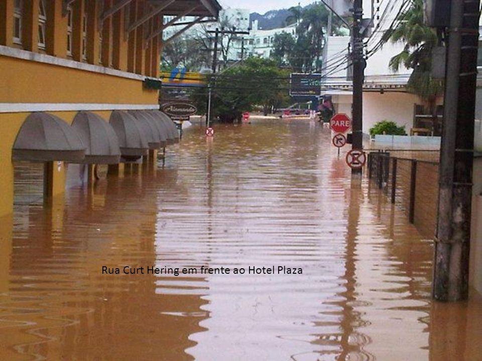 Rua Curt Hering em frente ao Hotel Plaza