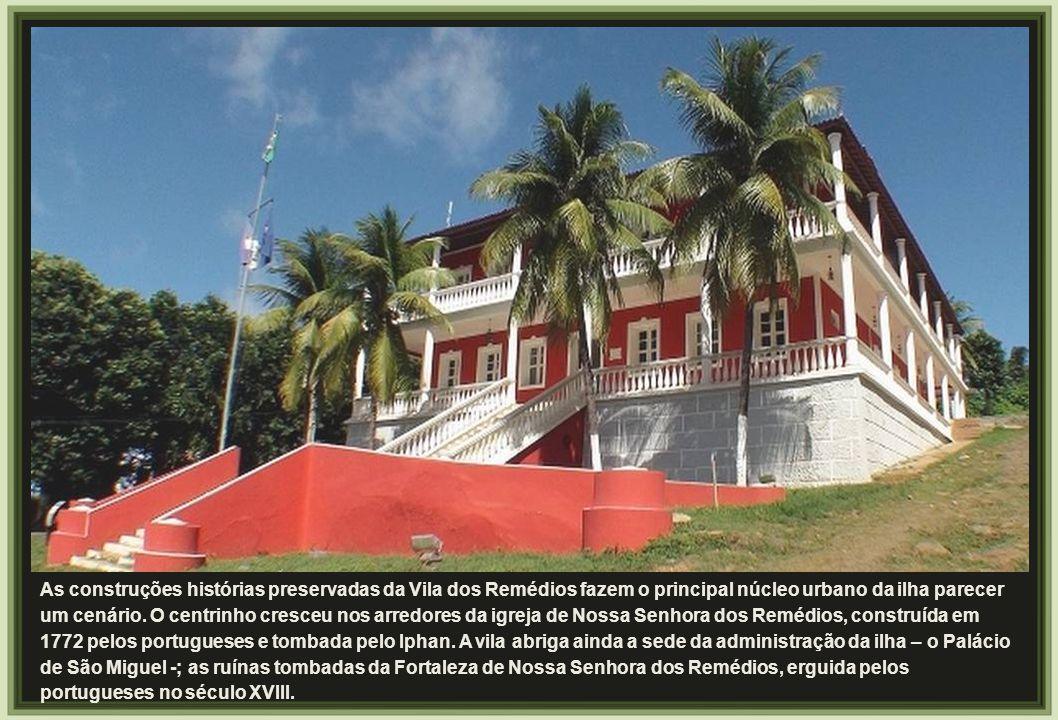 As construções histórias preservadas da Vila dos Remédios fazem o principal núcleo urbano da ilha parecer um cenário.