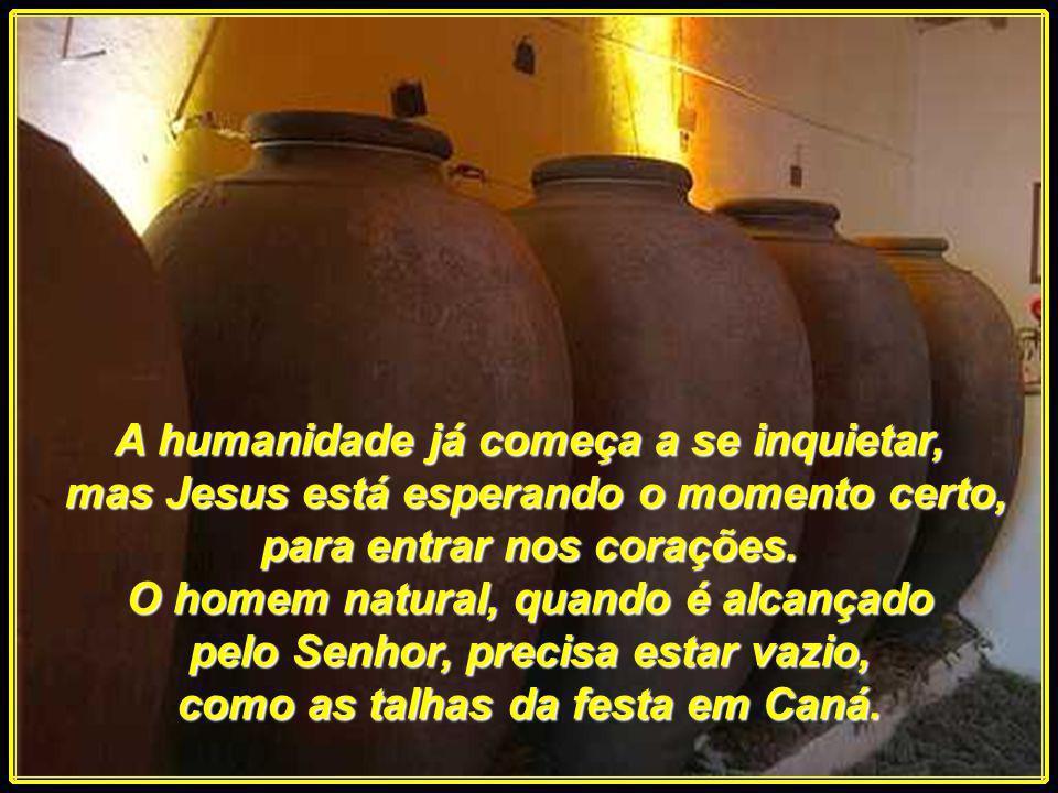 Em Caná, a mãe física de Jesus, anunciou que o vinho acabara. E Jesus afirmou, que ainda não era chegada Sua hora. Na festa atual, a Mãe presente é a