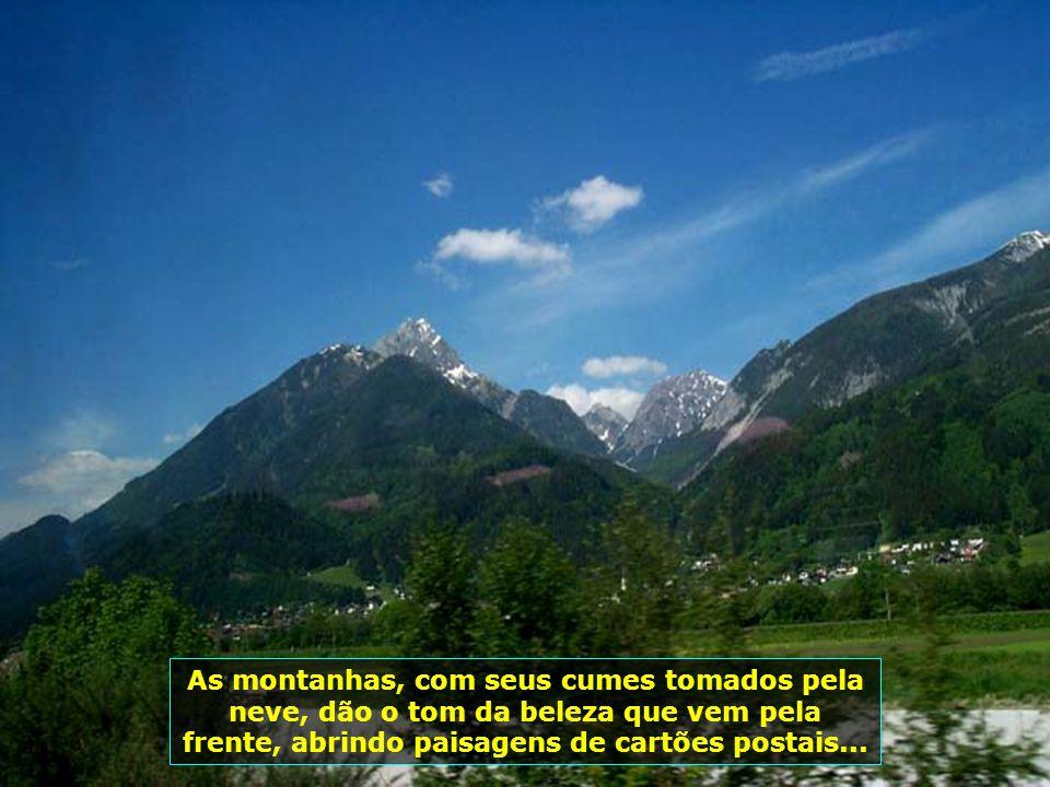 As montanhas, com seus cumes tomados pela neve, dão o tom da beleza que vem pela frente, abrindo paisagens de cartões postais...