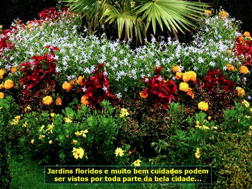 Jardins floridos e muito bem cuidados podem ser vistos por toda parte da bela cidade...