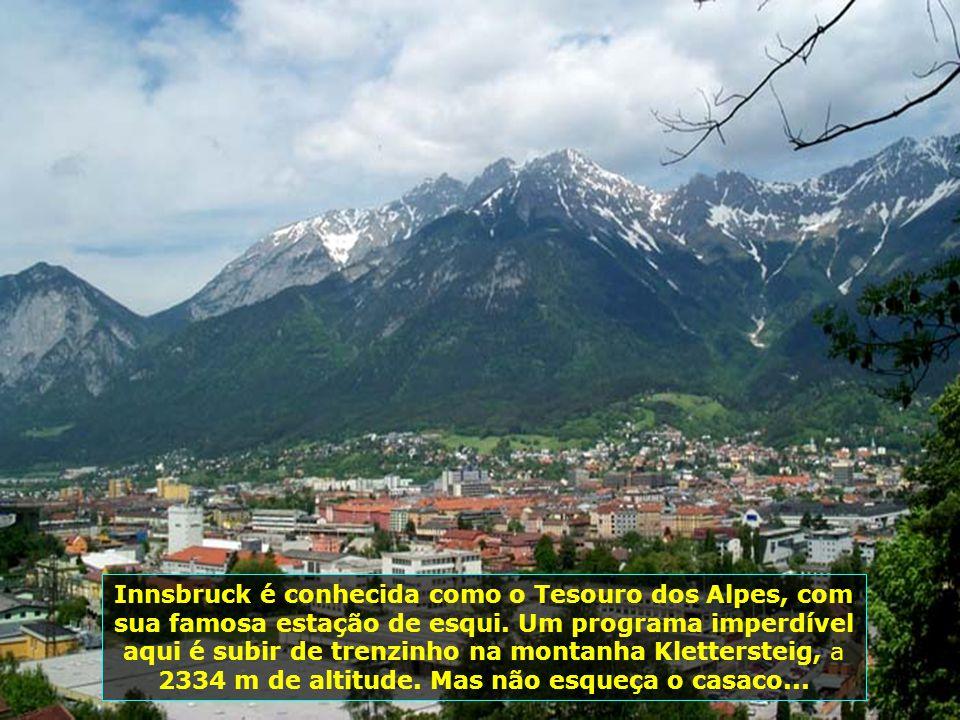 Innsbruck transmite paz, numa atmosfera de encanto e segurança, onde pessoas passeiam, calmamente, pela cidade...