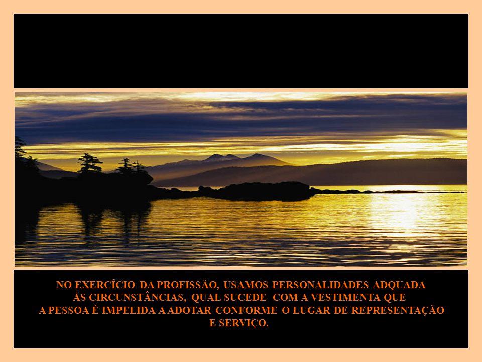 EM SEGUIDA, A VIA PÚBLICA É RIBALTA DE CHAMAMENTOS INÚMEROS PARA QUE DESEMPENHEMOS DETERMINADO PAPEL, SEJA VIAJANDO OU CAMINHANDO, ANOTANDO AS NOVIDAD