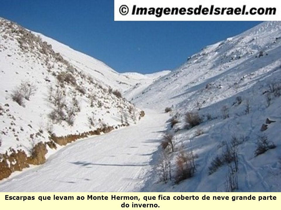 Escarpas que levam ao Monte Hermon, que fica coberto de neve grande parte do inverno.