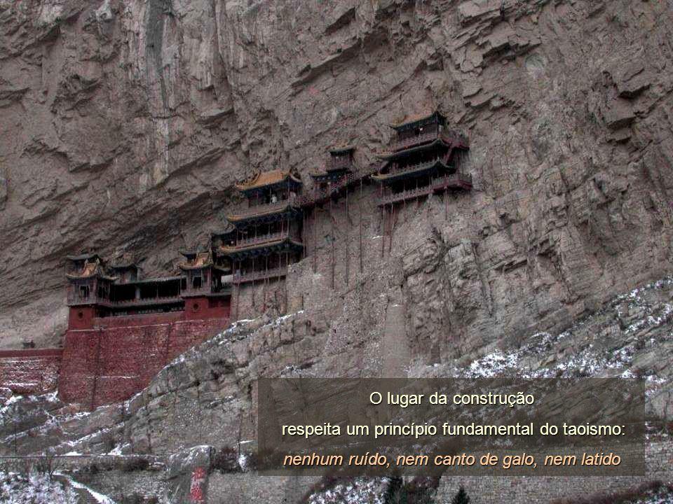 Os travessões que sustêm os cimentos estão enterrados até à metade na rocha