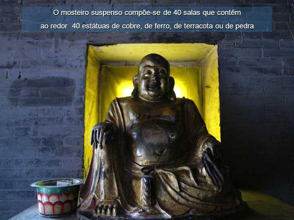 Uma particularidade do Mosteiro Suspenso são as estátuas de Sakyamuni (budismo), de Confúcio (confucionismo) e de Lao-Tsé (taoismo) convivem umas ao l