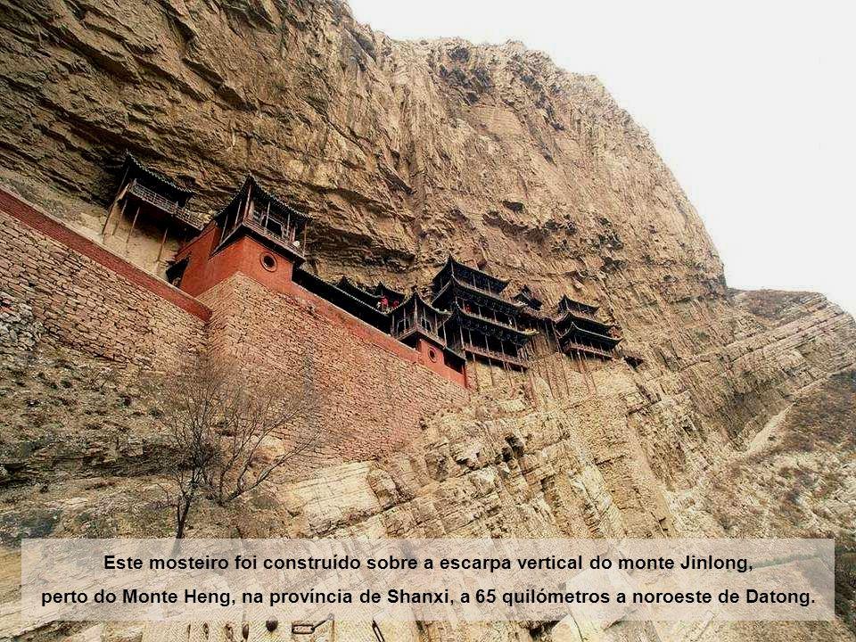 Este mosteiro foi construído sobre a escarpa vertical do monte Jinlong, perto do Monte Heng, na província de Shanxi, a 65 quilómetros a noroeste de Datong.