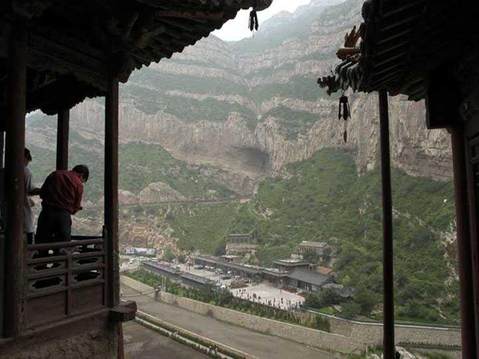 Como resistiu este mosteiro às condições adversas? A altura protege-o das inundações. As escavações na rocha aonde está construído protegem-no da chuv