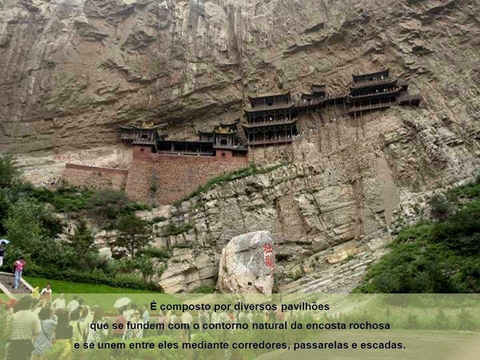 É composto por diversos pavilhões que se fundem com o contorno natural da encosta rochosa e se unem entre eles mediante corredores, passarelas e escadas.
