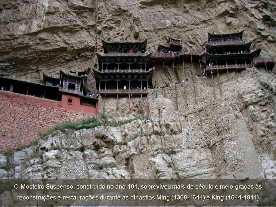 Uma particularidade do Mosteiro Suspenso são as estátuas de Sakyamuni (budismo), de Confúcio (confucionismo) e de Lao-Tsé (taoismo) convivem umas ao lado das outras, o que é totalmente inabitual num mosteiro