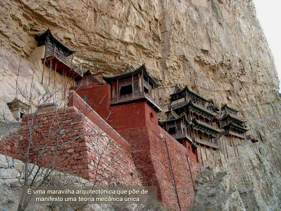 O Mosteiro Suspenso, construído no ano 491, sobreviveu mais de século e meio graças às reconstruções e restaurações durante as dinastias Ming (1368-16
