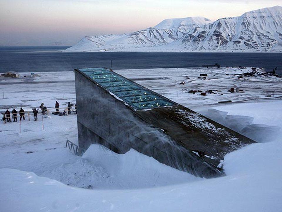 Concebida pela artista norueguesa Dyveke Sanne, a entrada da abóbada tem um desenho futurista com espelhos metálicos que refletem o sol durante o dia