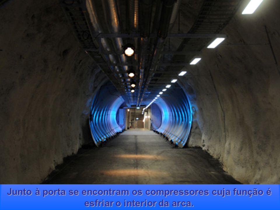 O interior do corredor foi reforçado com uma estrutura circular de aço desenhada para evitar o perigo de qualquer colapso devido à erosão da montanha