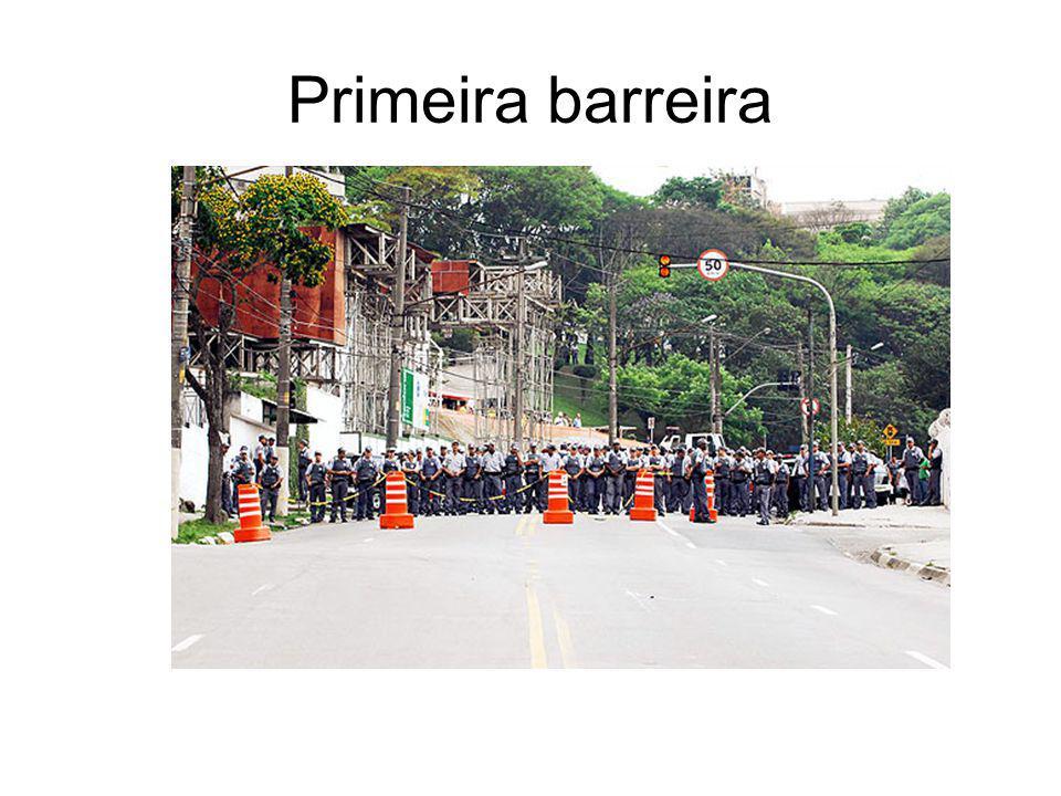 5º MOMENTO Logo a primeira barreira formada por policiais da força tática e do patrulhamento comum é avistada