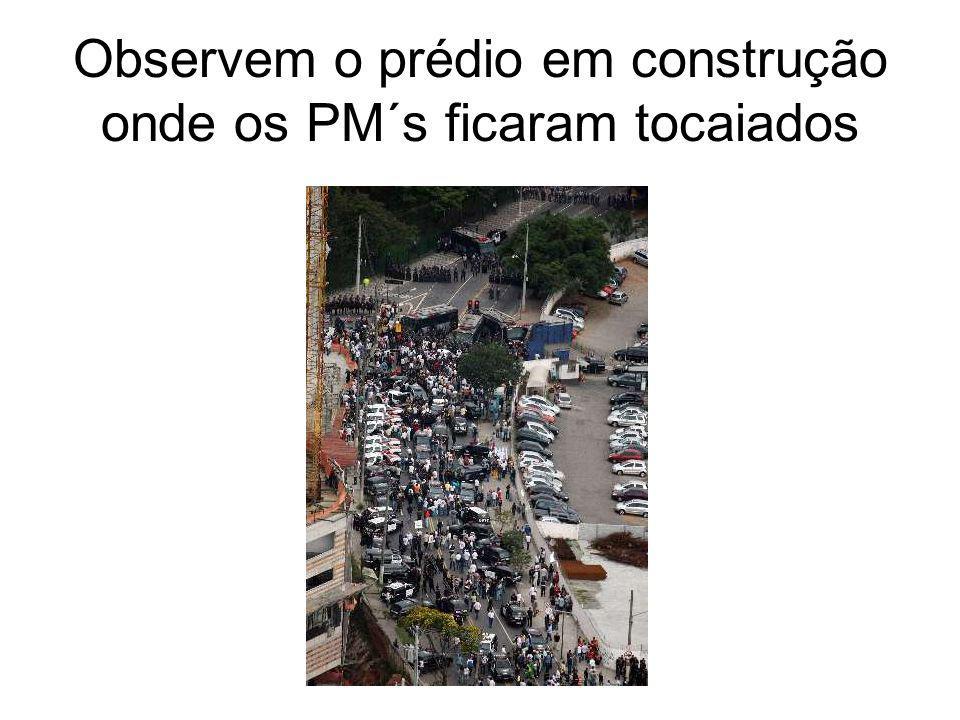 9º MOMENTO Cessado as hostilidades das tropa de choque os integrantes da passeata conseguem se aproximar da barreira militar