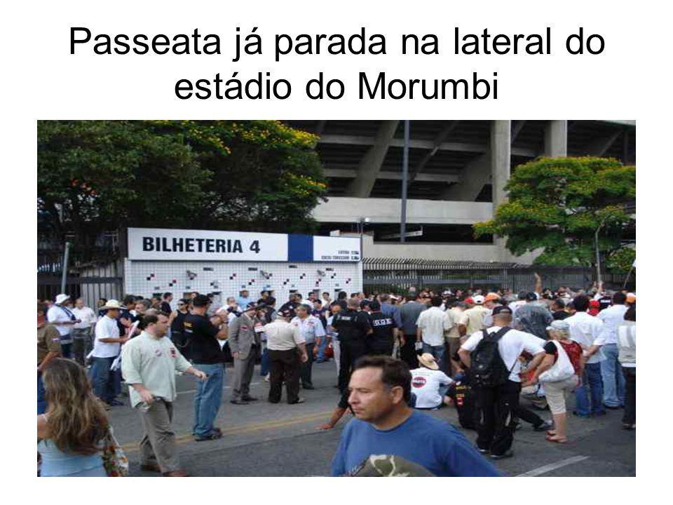 3º MOMENTO Após caminharmos cerca de 500 metros é recebida a notícia que o Governador Serra irá receber uma comissão sindical para negociação, com a condição dos manifestantes não irem até o palácio.