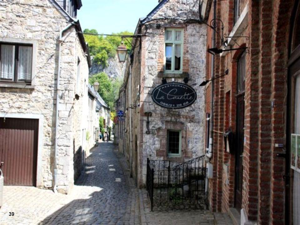 Ruelas medievais e pitorescas casas ornamentadas com a natureza 38