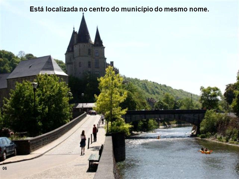 A cidade fica às margens do rio Ourthe, na região geográfica de Ardennes 05