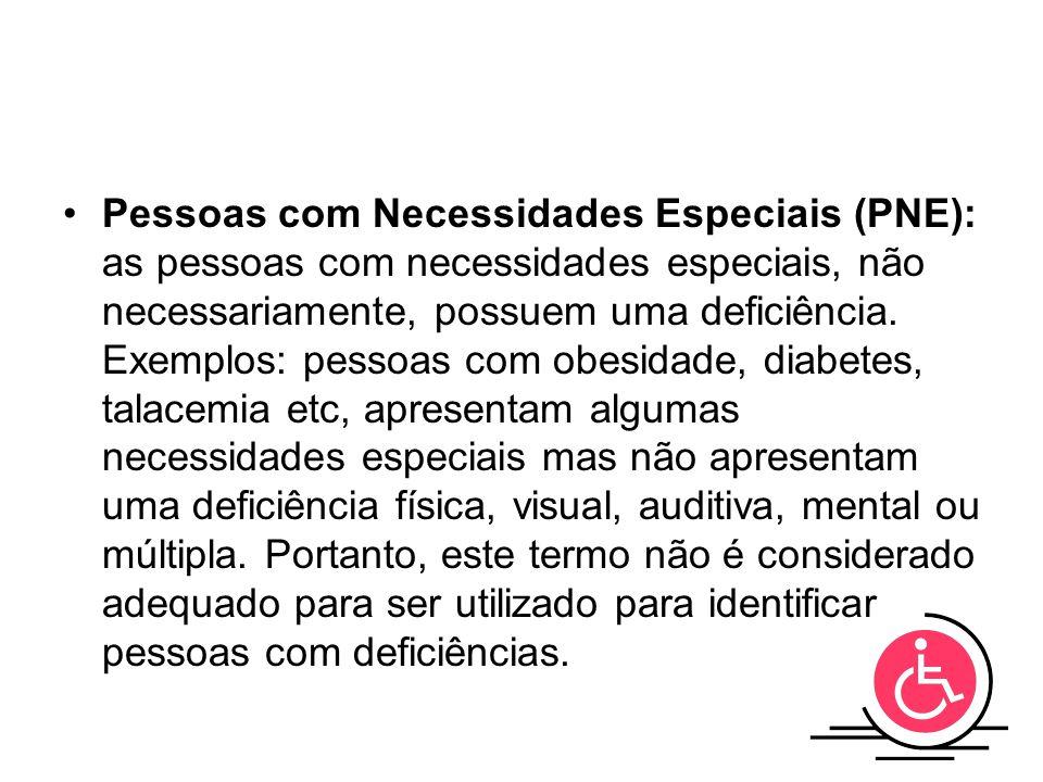 Pessoas com Necessidades Especiais (PNE): as pessoas com necessidades especiais, não necessariamente, possuem uma deficiência. Exemplos: pessoas com o