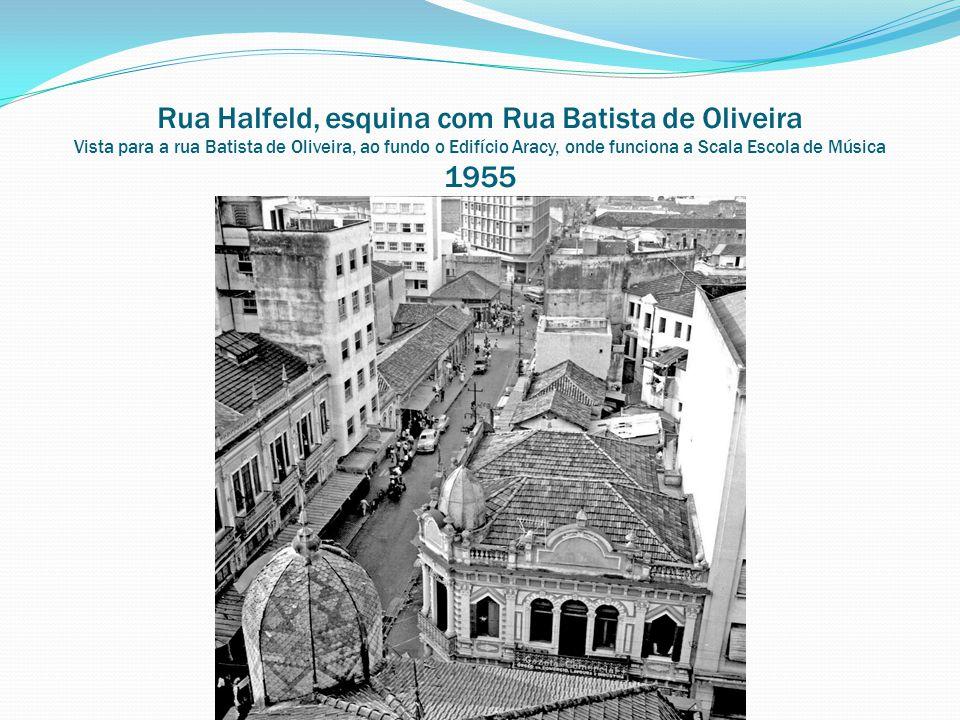 Rua Halfeld, esquina com Rua Batista de Oliveira Vista para a rua Batista de Oliveira, ao fundo o Edifício Aracy, onde funciona a Scala Escola de Músi