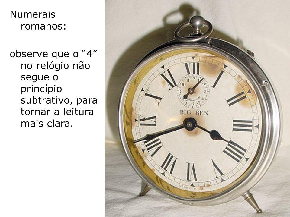 Numerais romanos: observe que o 4 no relógio não segue o princípio subtrativo, para tornar a leitura mais clara.