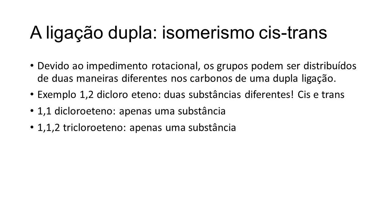 A ligação dupla: isomerismo cis-trans Devido ao impedimento rotacional, os grupos podem ser distribuídos de duas maneiras diferentes nos carbonos de u