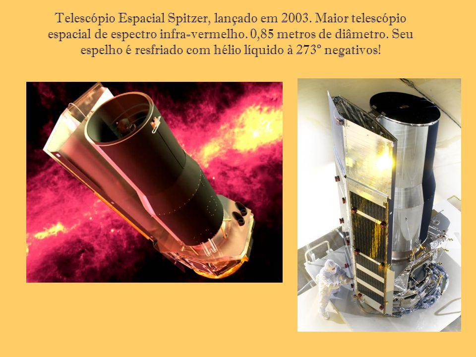 Telescópio Espacial Spitzer, lançado em 2003. Maior telescópio espacial de espectro infra-vermelho. 0,85 metros de diâmetro. Seu espelho é resfriado c