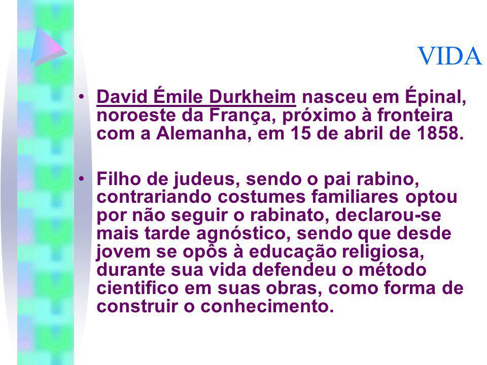 VIDA David Émile Durkheim nasceu em Épinal, noroeste da França, próximo à fronteira com a Alemanha, em 15 de abril de 1858. Filho de judeus, sendo o p