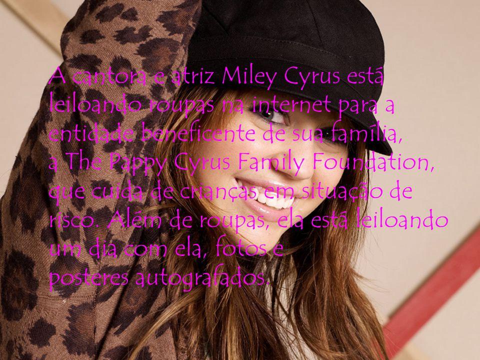 A cantora e atriz Miley Cyrus está leiloando roupas na internet para a entidade beneficente de sua família, a The Pappy Cyrus Family Foundation, que cuida de crianças em situação de risco.