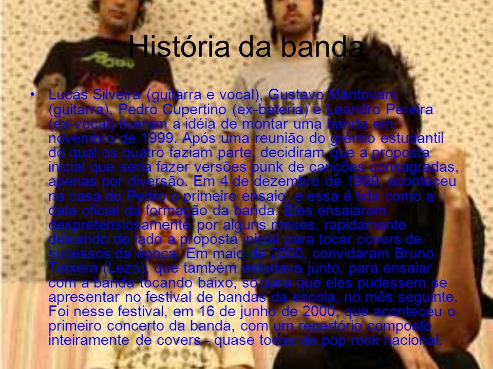 História da banda Lucas Silveira (guitarra e vocal), Gustavo Mantovani (guitarra), Pedro Cupertino (ex-bateria) e Leandro Pereira (ex-vocal) tiveram a