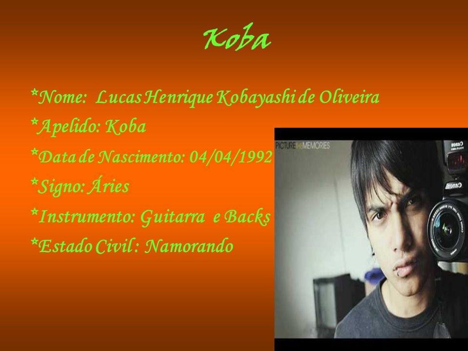 Koba *Nome: Lucas Henrique Kobayashi de Oliveira *Apelido: Koba * Data de Nascimento: 04/04/1992 *Signo: Áries *Instrumento: Guitarra e Backs *Estado