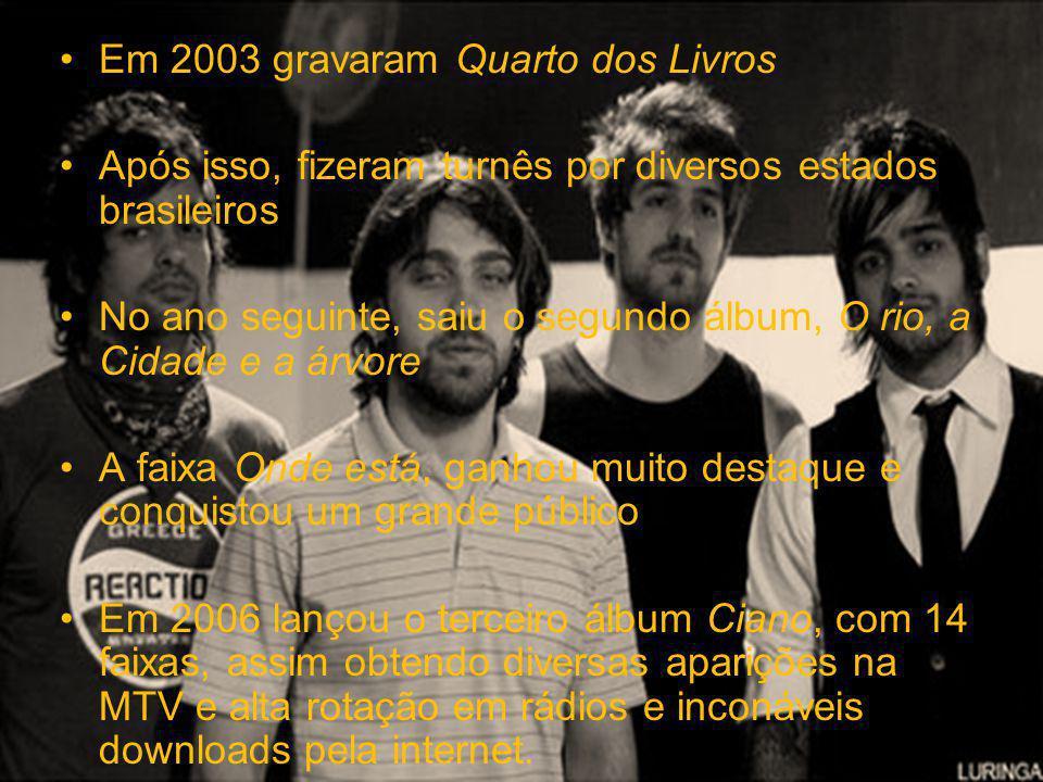 Em 2003 gravaram Quarto dos Livros Após isso, fizeram turnês por diversos estados brasileiros No ano seguinte, saiu o segundo álbum, O rio, a Cidade e