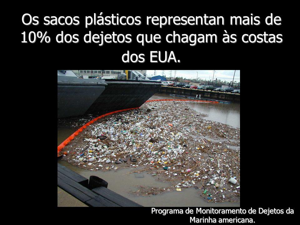 Os sacos plásticos representan mais de 10% dos dejetos que chagam às costas dos EUA. Programa de Monitoramento de Dejetos da Marinha americana.