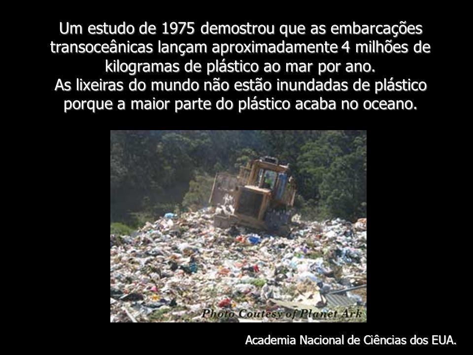 Um estudo de 1975 demostrou que as embarcações transoceânicas lançam aproximadamente 4 milhões de kilogramas de plástico ao mar por ano. As lixeiras d
