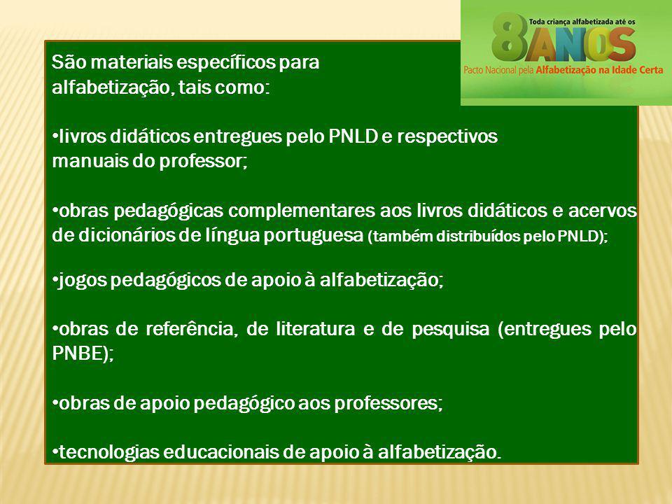 São materiais específicos para alfabetização, tais como: livros didáticos entregues pelo PNLD e respectivos manuais do professor; obras pedagógicas co