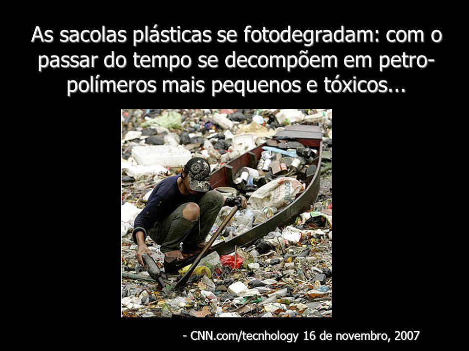 As sacolas plásticas se fotodegradam: com o passar do tempo se decompõem em petro- polímeros mais pequenos e tóxicos... - CNN.com/tecnhology 16 de nov