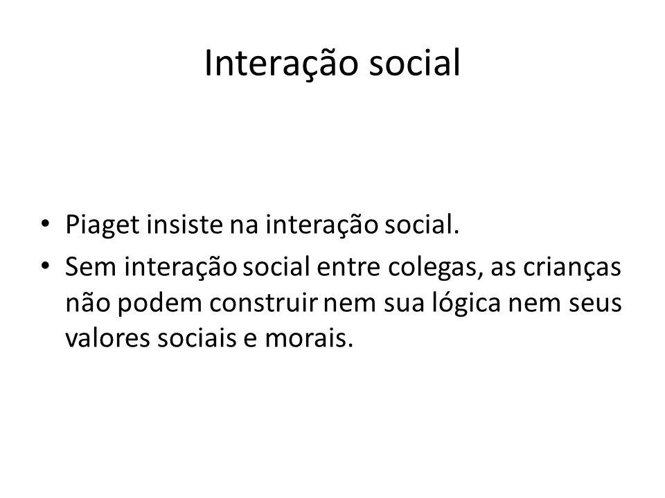 Interação social Piaget insiste na interação social.