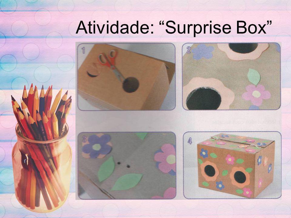 Material necessário: Caixa de papelão grande, cola, fita adesiva, tinta guache, furador e barbante, papel lumini colorido.