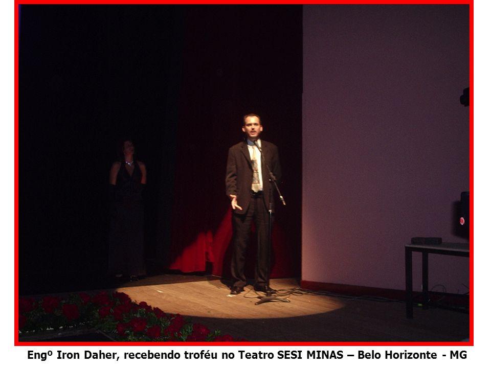Engº Iron Daher, recebendo troféu no Teatro SESI MINAS – Belo Horizonte - MG