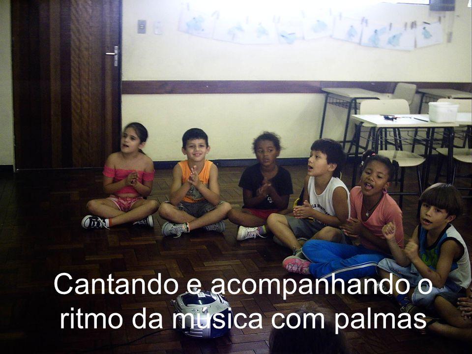 Cantando e acompanhando o ritmo da música com palmas