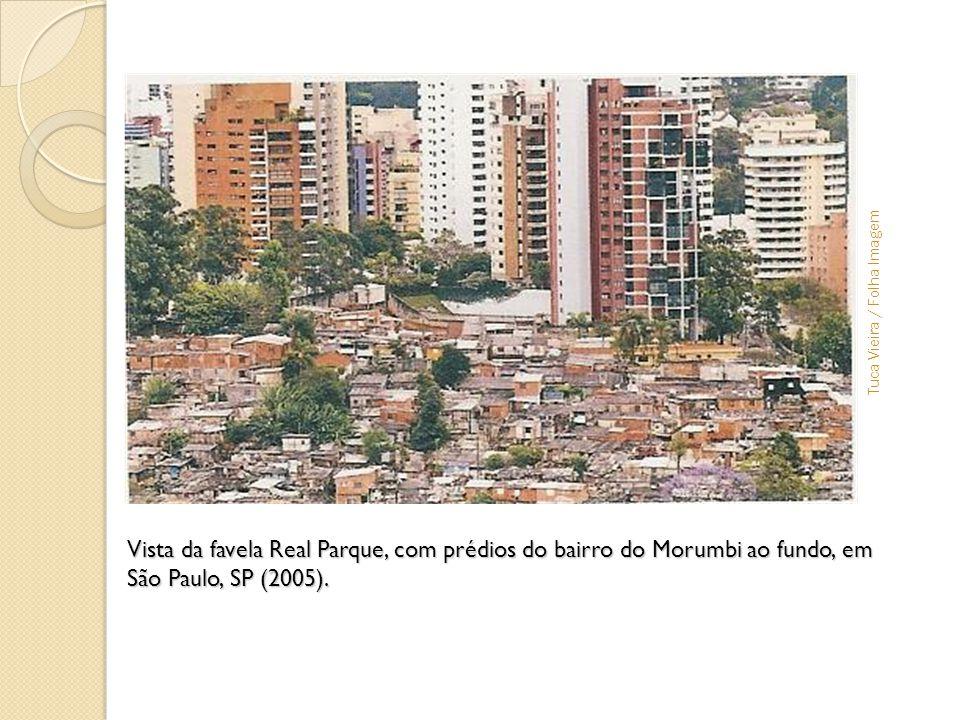 Vista da favela Real Parque, com prédios do bairro do Morumbi ao fundo, em São Paulo, SP (2005). Colocar foto - favela x prédios de luxo Tuca Vieira /