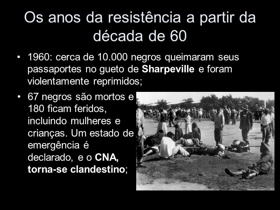 Os anos da resistência a partir da década de 60 1960: cerca de 10.000 negros queimaram seus passaportes no gueto de Sharpeville e foram violentamente reprimidos; 67 negros são mortos e 180 ficam feridos, incluindo mulheres e crianças.