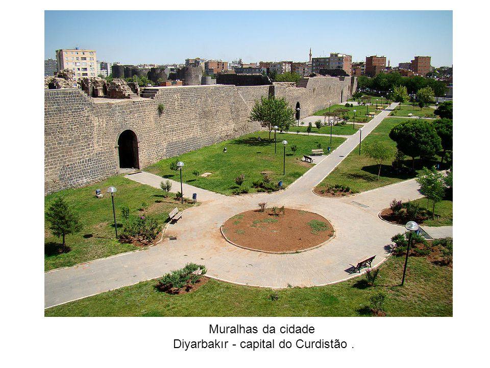 Muralhas da cidade Diyarbakır - capital do Curdistão.
