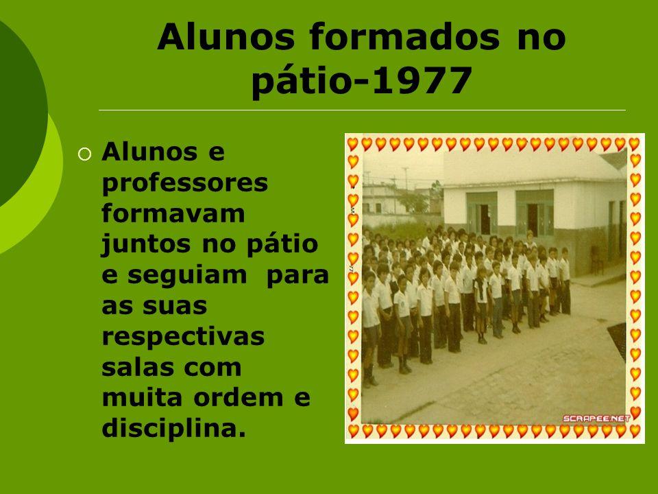 Alunos formados no pátio-1977 Alunos e professores formavam juntos no pátio e seguiam para as suas respectivas salas com muita ordem e disciplina.