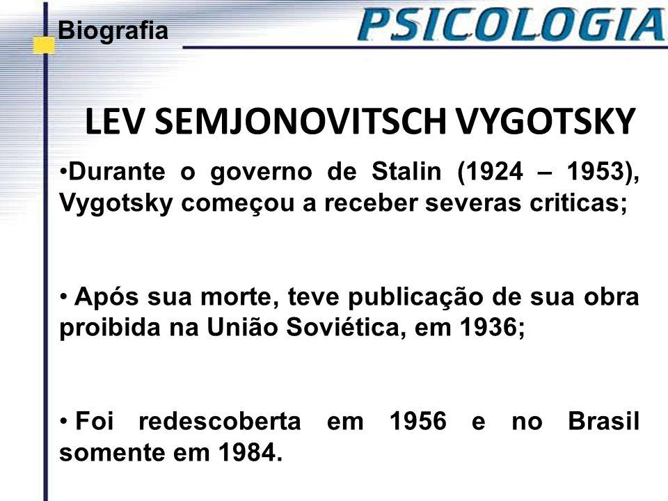 LEV SEMJONOVITSCH VYGOTSKY Durante o governo de Stalin (1924 – 1953), Vygotsky começou a receber severas criticas; Após sua morte, teve publicação de
