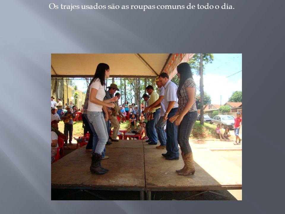 Cinco ou mais pares, dançam num salão ou galpão ao som de duas violas.