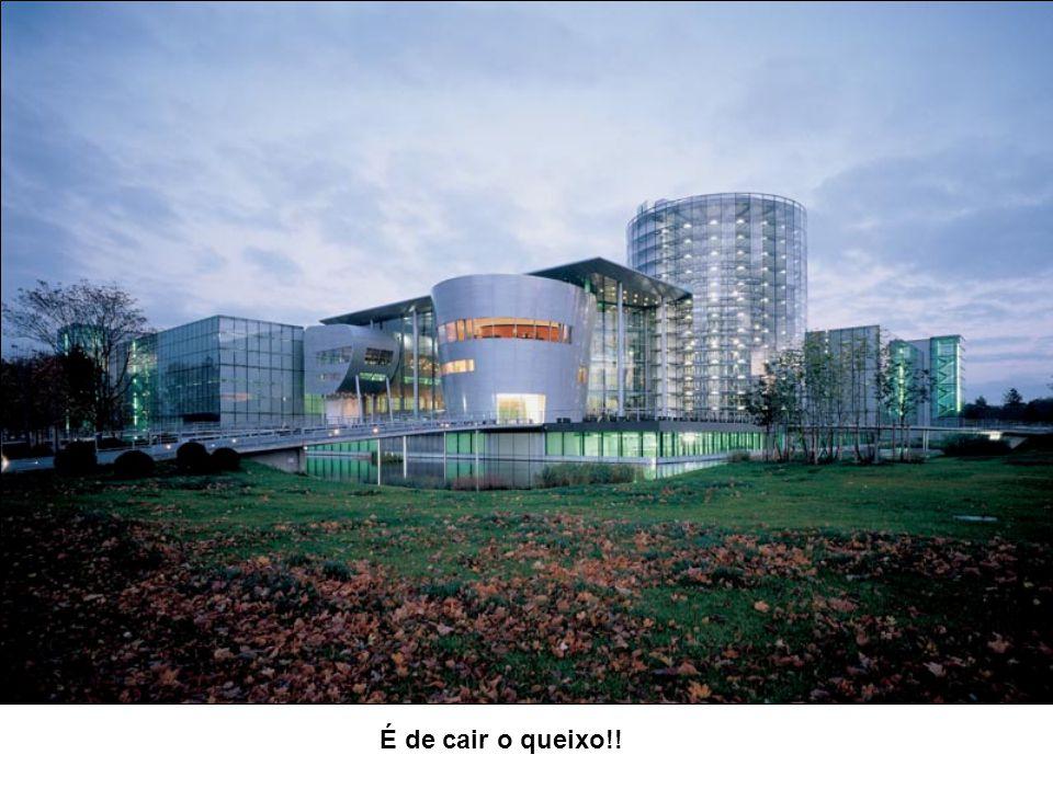 Os carros são armazenados nesta torre de autos em Wolfsburg, Alemanha. Serve também como vitrine mostrando a produção aos visitantes e passantes. A ca