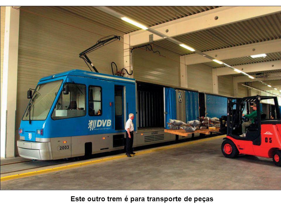 E para visita-la… tem um trem especial… que chega até a porta !